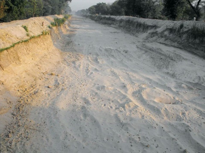 A dried bed of an irrigation canal in drought-hit Bundelkhand Source: Khabar Lahriya