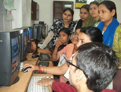 Women learn about computer at the Lucknow workshop. Courtesy: Khabar Lahariya