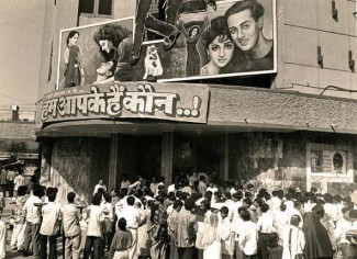 Hum Aapke Hain Koun premiered at Liberty Cinema, Mumbai in 1995. This photograph of the film playing at the theatre, echoed with several fans on social media, attracting several recollections around the theatrical release of HAHK. Source: Mumbai Heritage on Twitter.com.