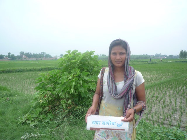 Sangeeta holds a copy of Khabar Lahariya. Credit: Author