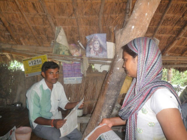 Sangeeta delivers copies of Khabar Lahariya at a tea shop in Bakarganj Kasba. Credit: Author